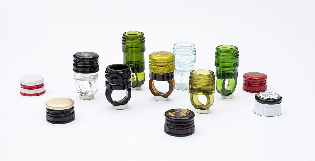 Veronika Fabian, You, me and your stash #1, ringen, 2021. Foto Galerie Marzee, glas, wijndop, kunsthars