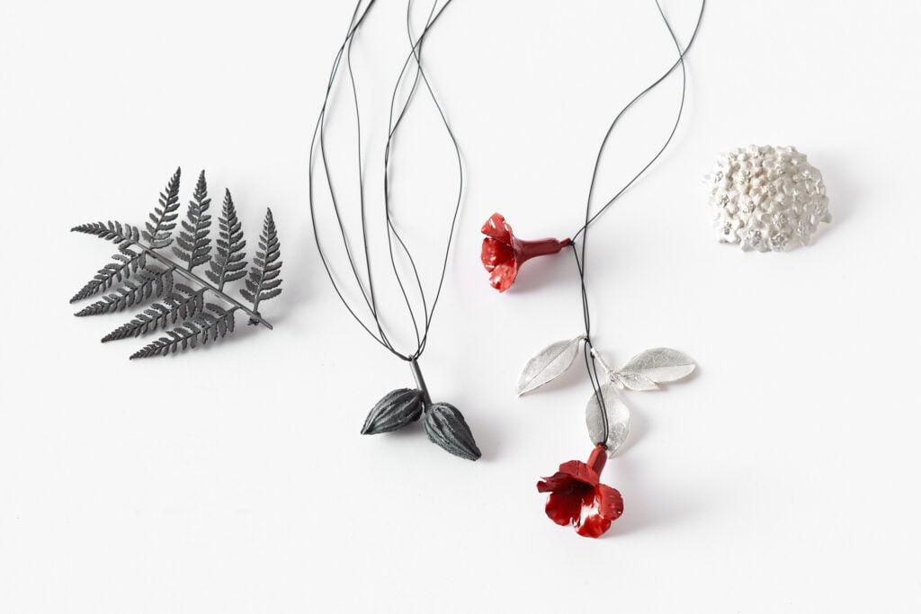 Marian Hosking, Rhododendron, Fern, Hoya, broches, halssieraden, 2012, zilver, verf