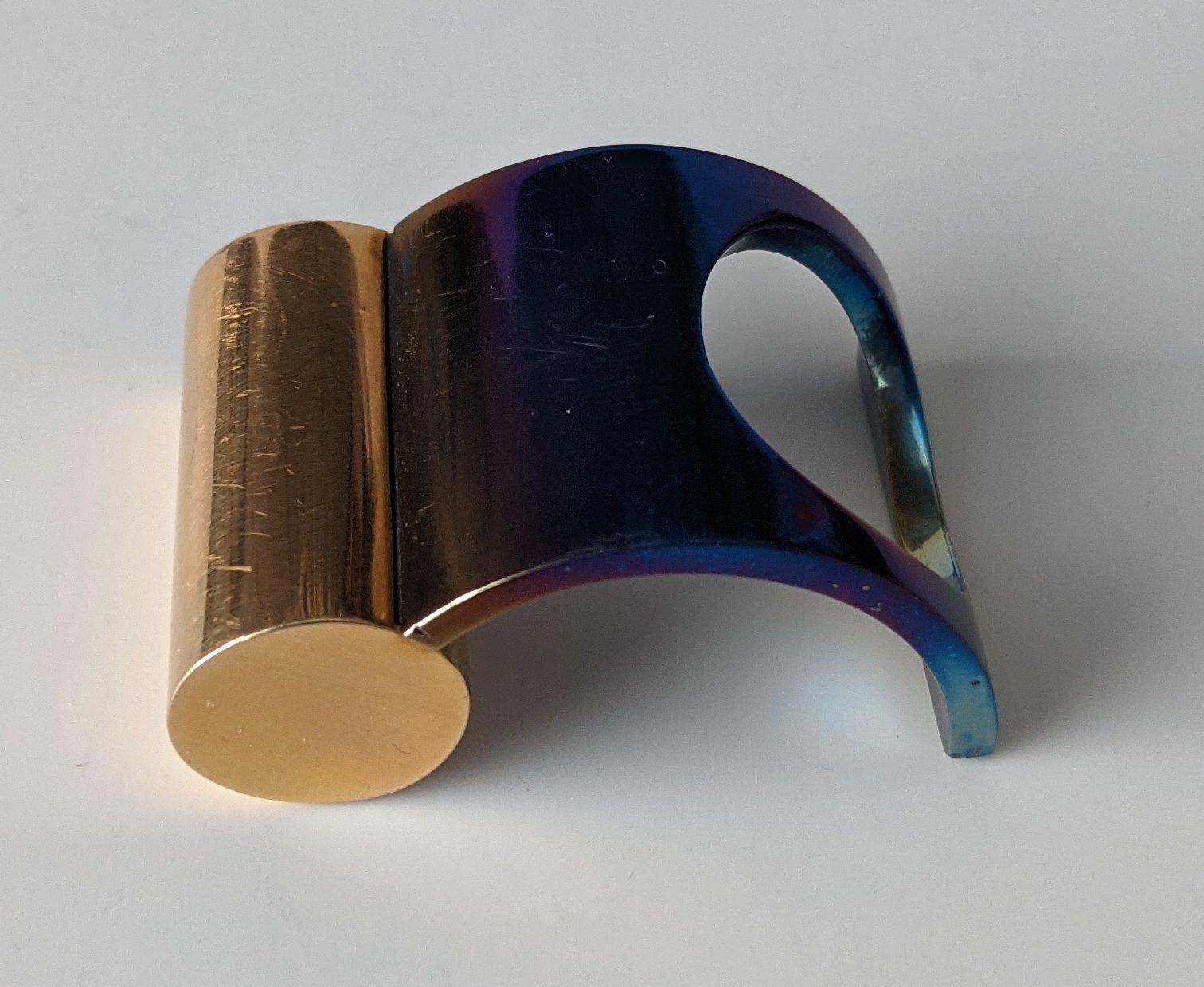 Karel Niehorster, ring, 1978. Collectie Paul Derrez & Willem Hoogstede. Foto Willem Hoogstede, door hitte gekleurd titanium, goud