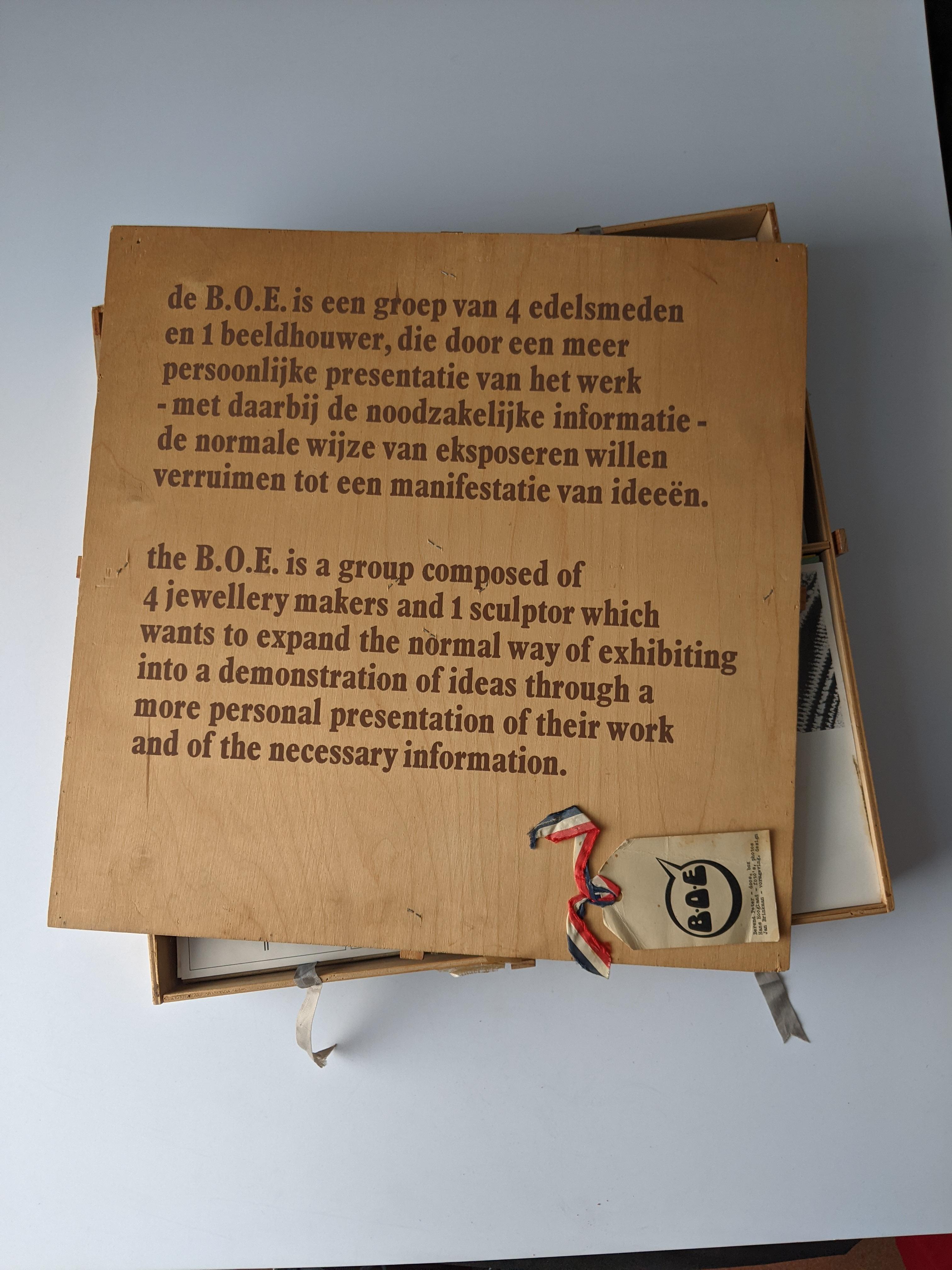 B.O.E. doos, 1974. Collectie Paul Derrez & Willem Hoogstede. Foto Willem Hoogstede, hout, papier, lint