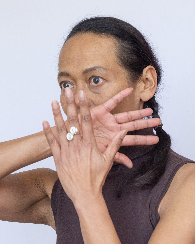 Maudy draagt een ring van Judith Bloedjes. Foto CODA
