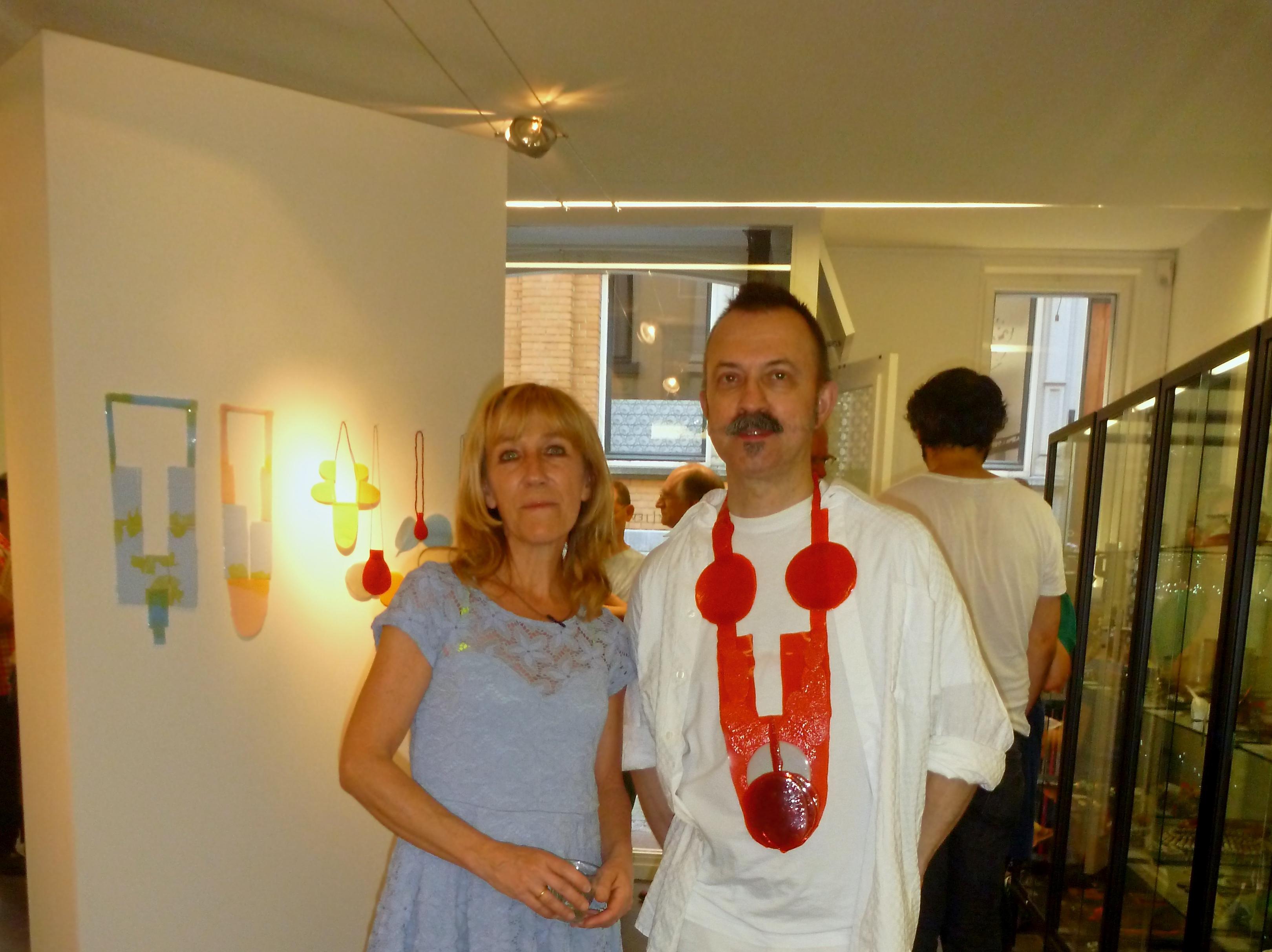 Ela Bauer en Paul Derrez in Galerie Ra, halssieraad, 2012, tentoonstelling, portret
