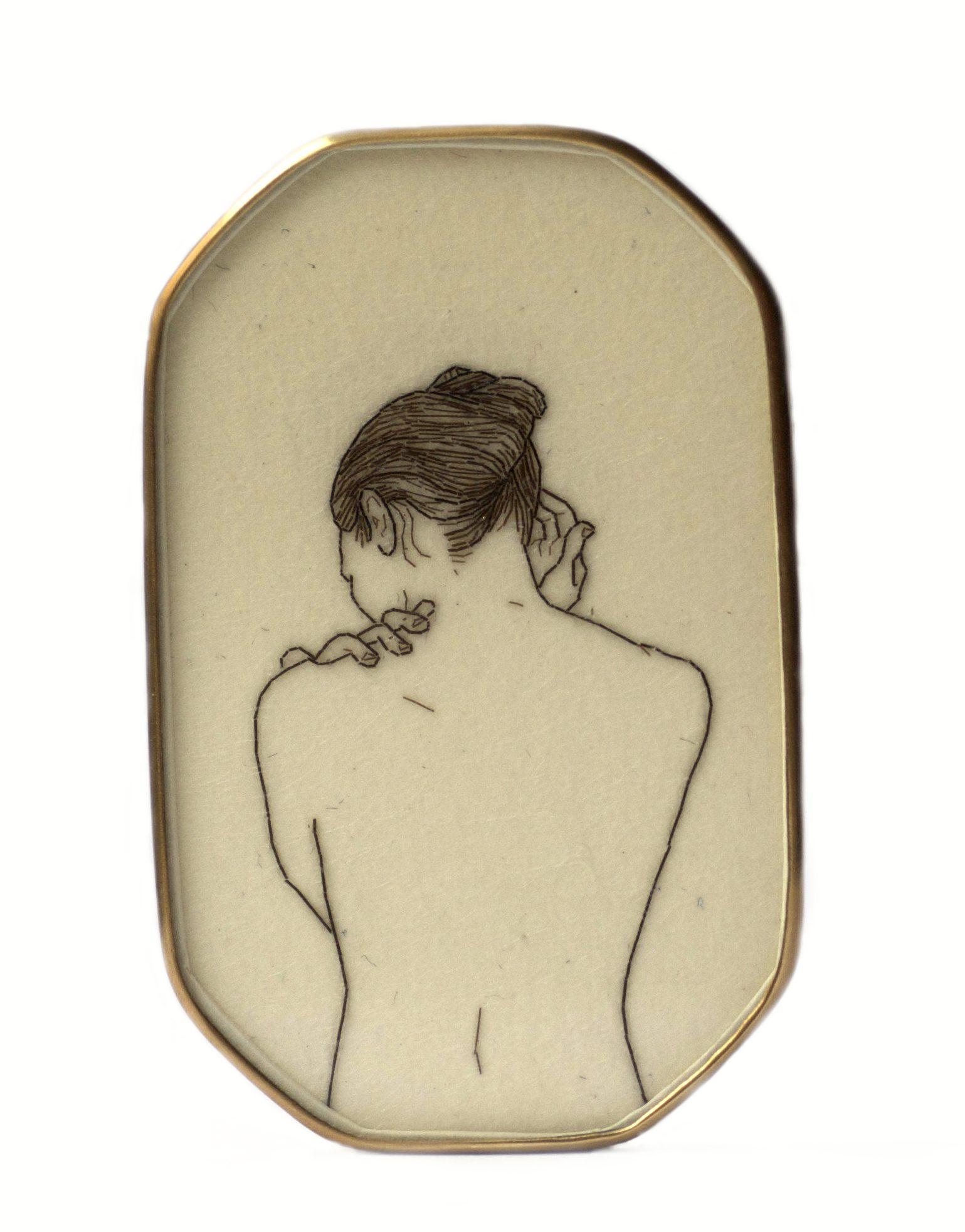 Melanie Bilenker, Smooth, broche, 2013, voorzijde. Von Hier und Dort, 2015. Foto Sienna Patti, menselijk haar, papier, goud, kristal