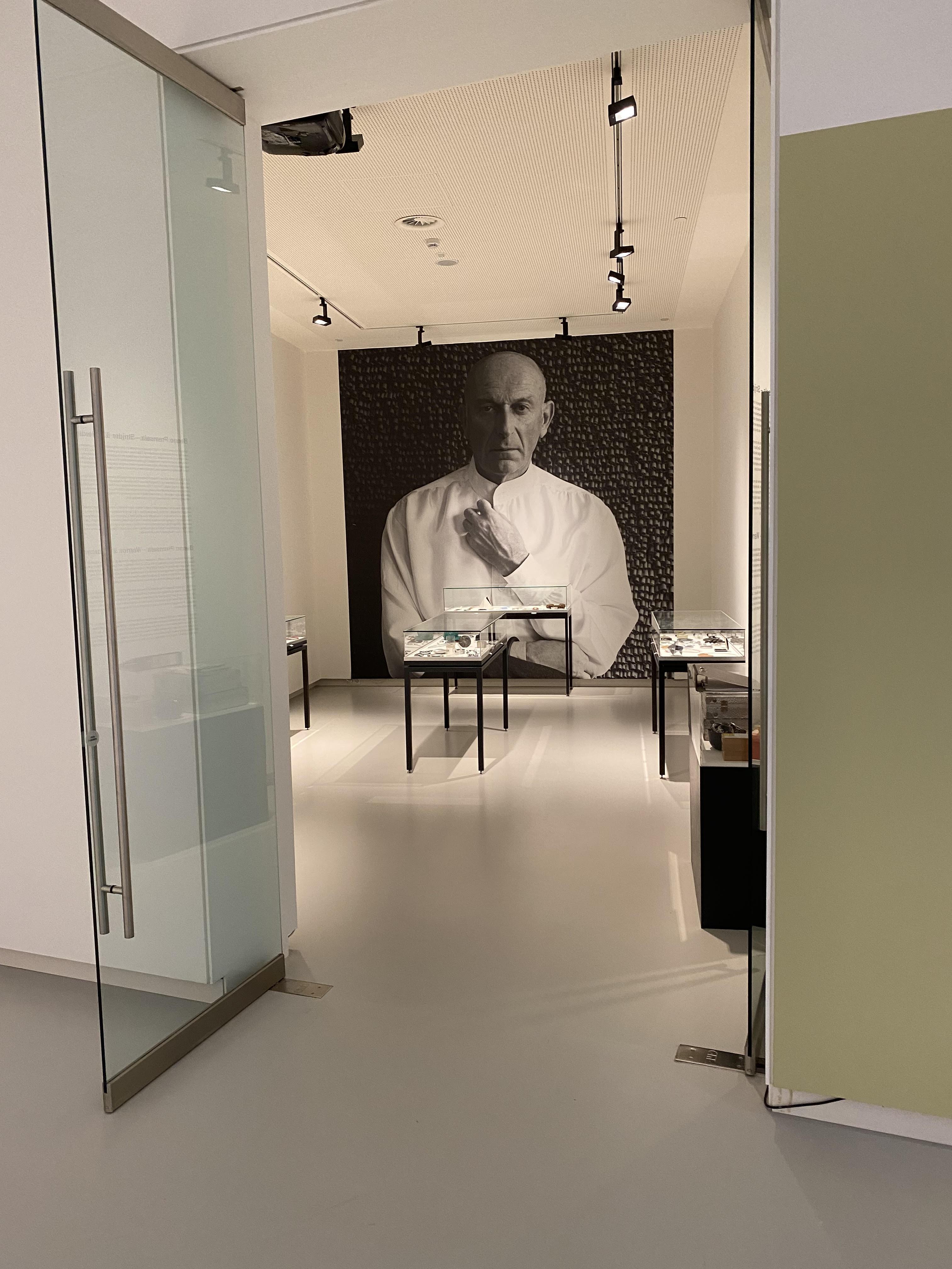 Collectie Benno Premsela, Design Museum Den Bosch, 2021. Foto Hans Appenzeller, tentoonstelling, vitrines, portret