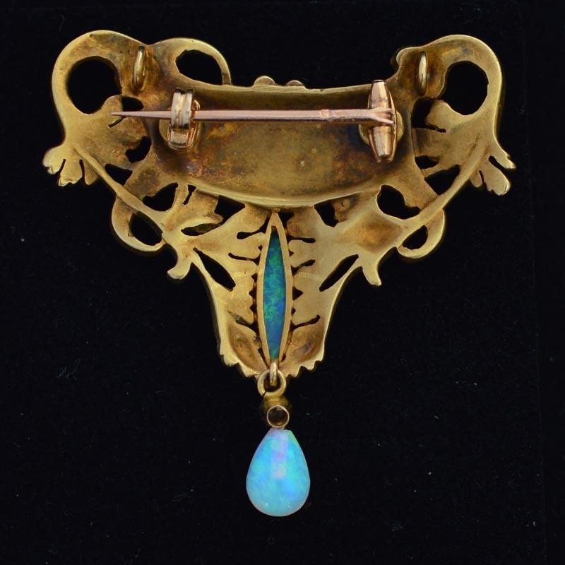 Antoine Bricteux. broche/hanger, circa 1900, achterzijde. Foto David Aardewerk, goud, email, cabochon geslepen opaal, robijn, diamant