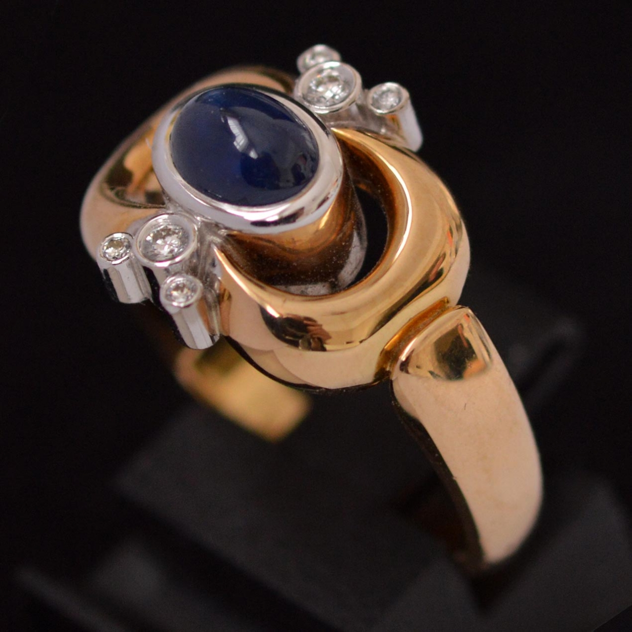 Georg Jensen, ring, circa 1970. Foto David Aardewerk, goud, cabochon geslepen saffier, briljant geslepen diamanten, gesigneerd