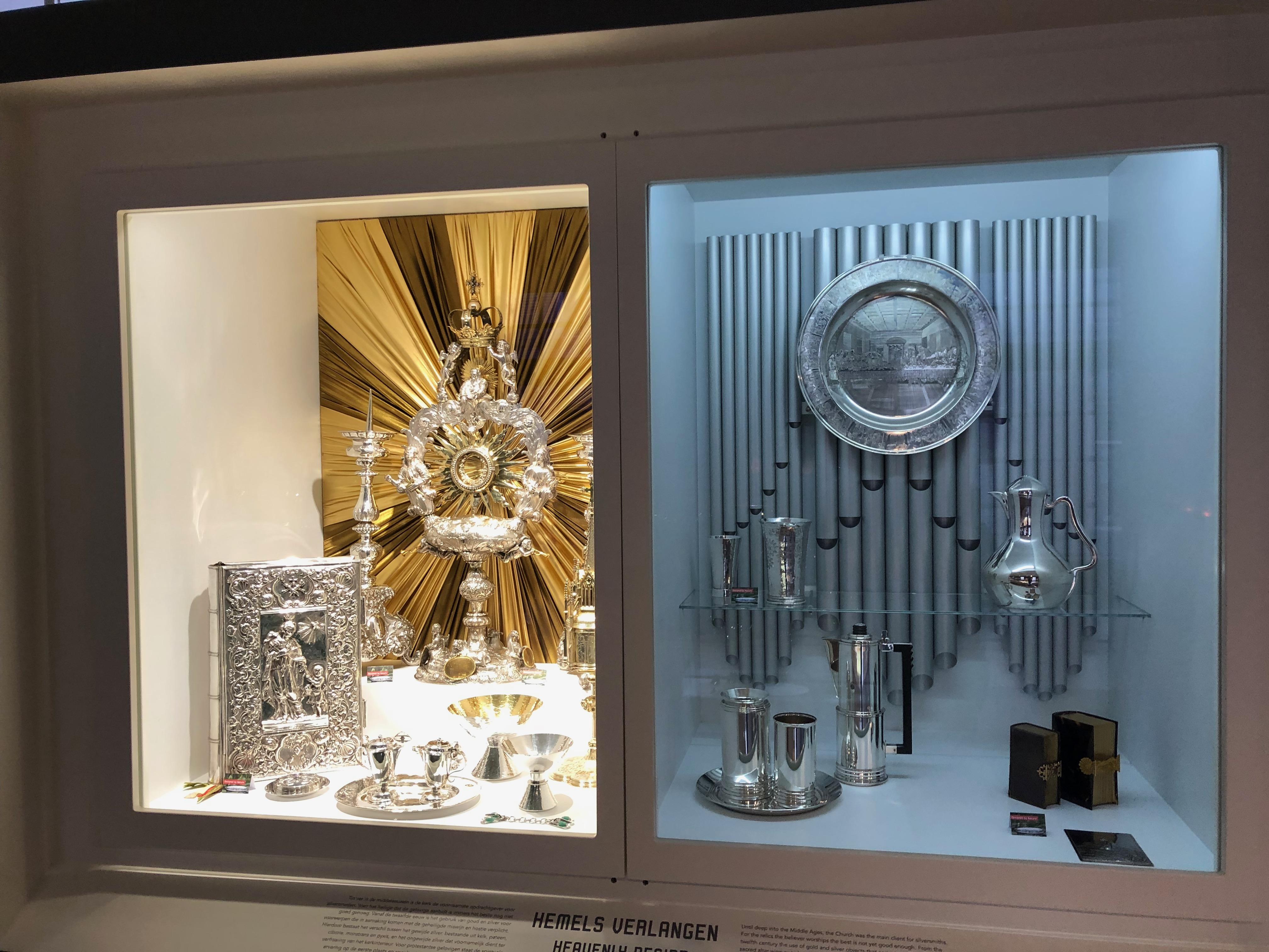 Zilvermuseum Schoonhoven, vaste opstelling, 2019. Foto Hanno Lans, vitrine, vaatwerk, boekband