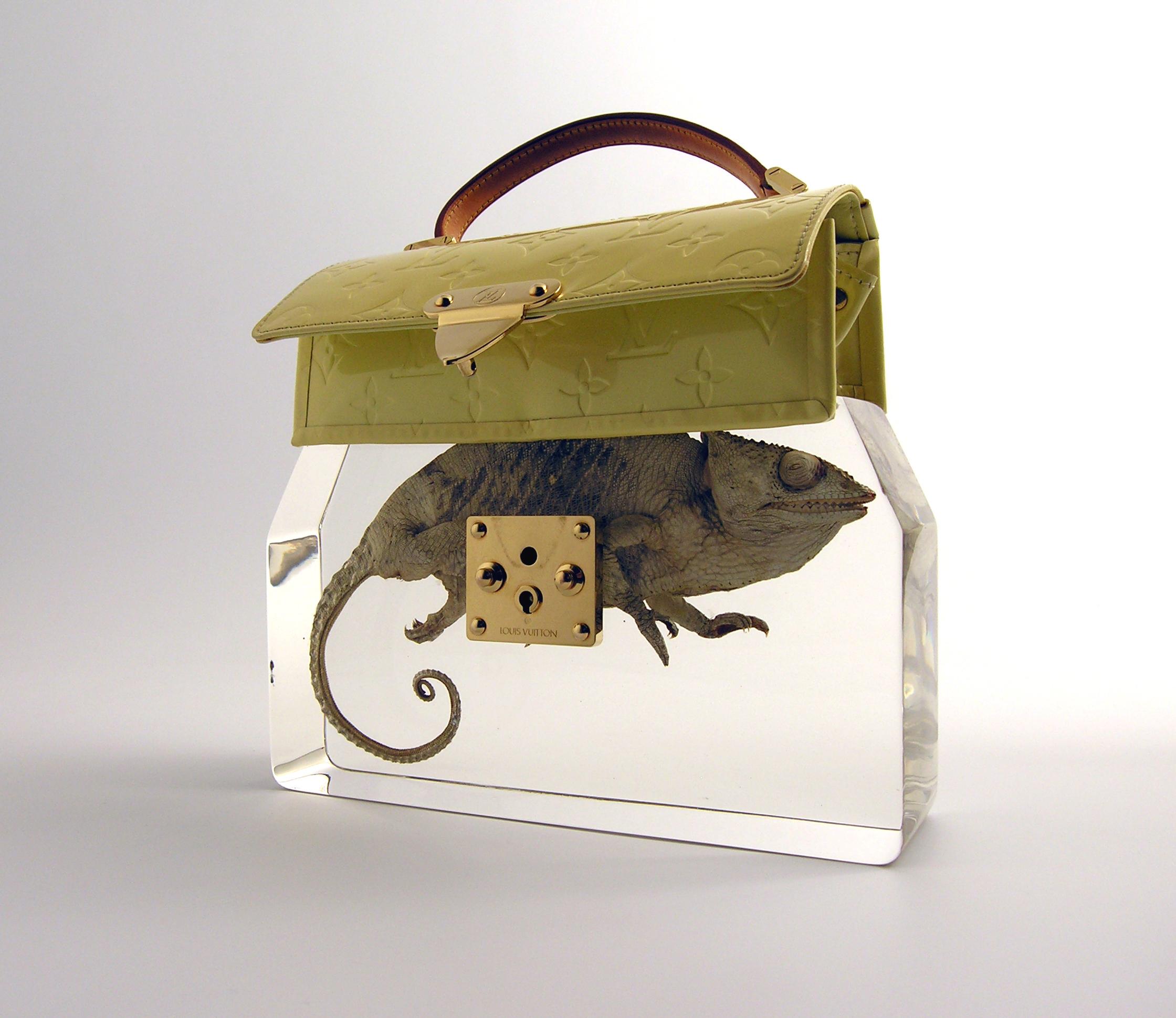 Ted Noten, Grandma's Bag Revisited, 2009. Foto Atelier Ted Noten, acrylaat, kameleon, goud,
