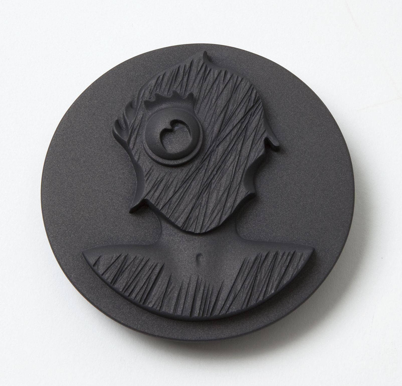 Alexander Blank, Jimmy, broche, 2013. Von Hier und Dort, 2015. Foto Mirei Takeuchi, hardschuim, zilver, grafiet, lak