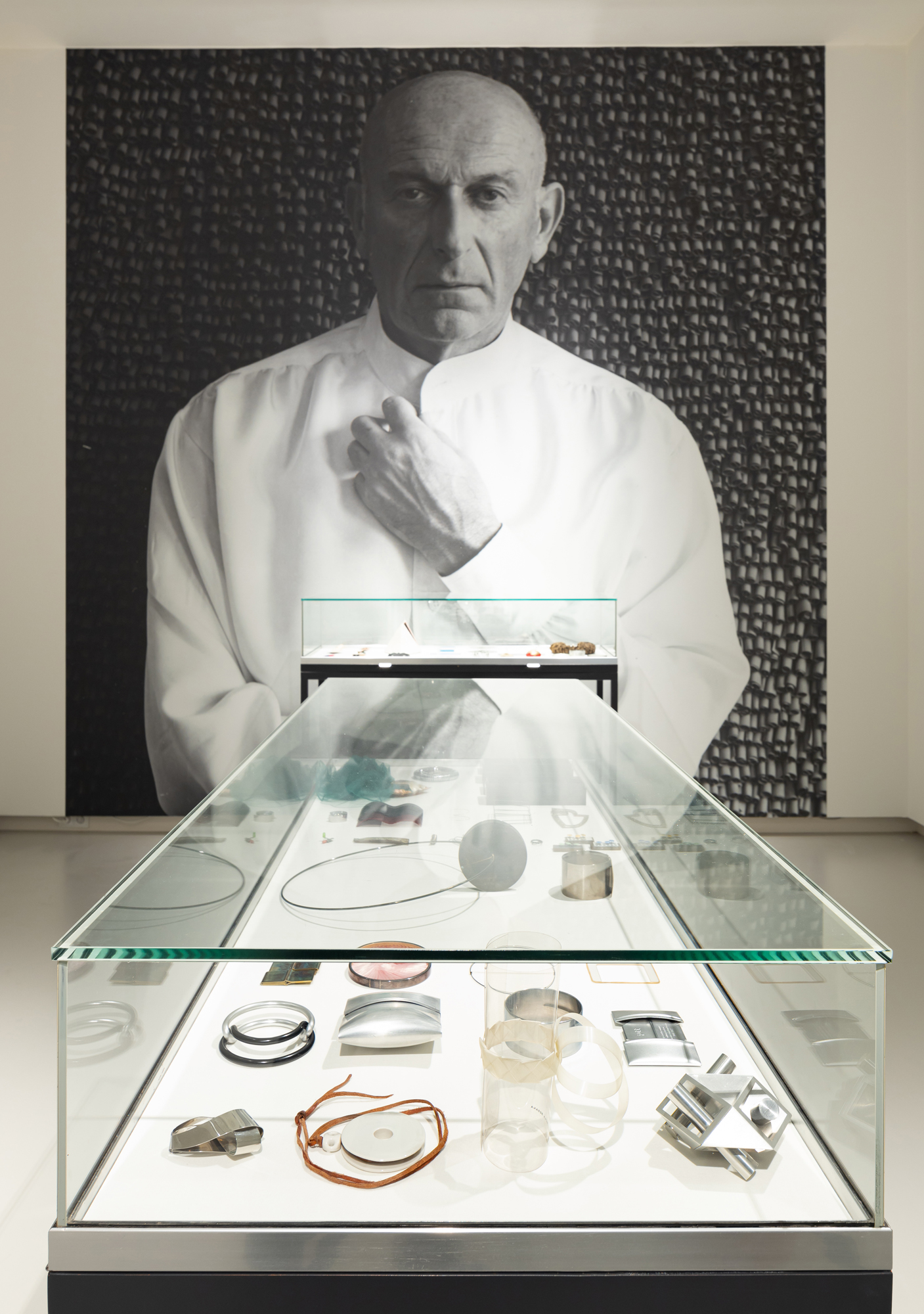 Benno Premsela - Strijder en verleider, Design Museum Den Bosch, 2021, vitrine, portret, Françoise van den Bosch, armband, aluminium