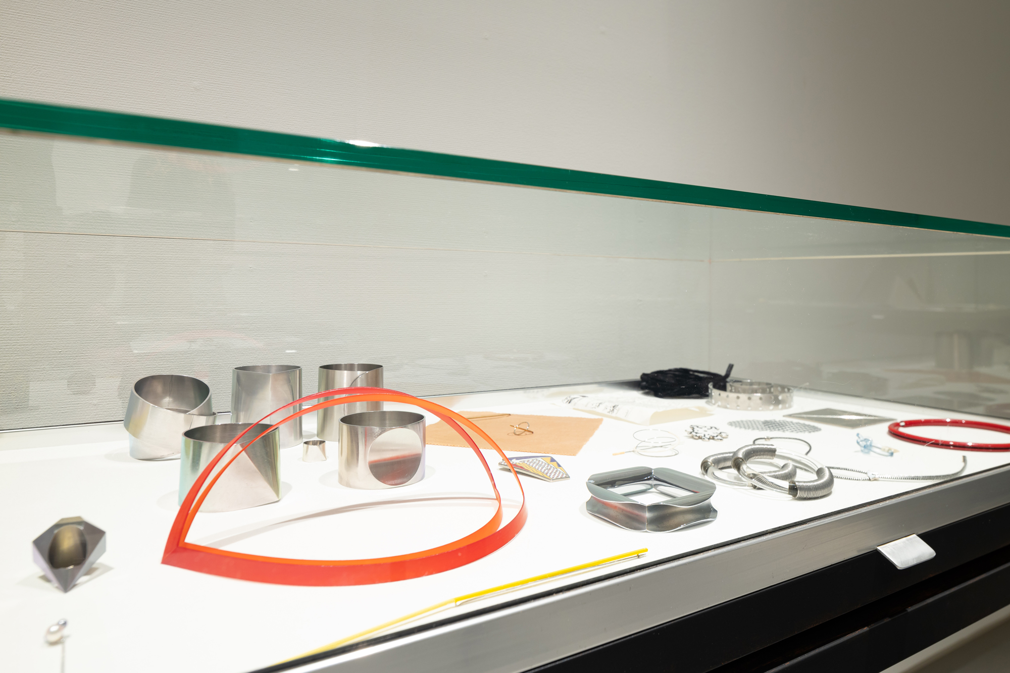 Benno Premsela - Strijder en verleider, Design Museum Den Bosch, 2021, vitrine, tentoonstelling, Emmy van Leersum, kunststof, metaal