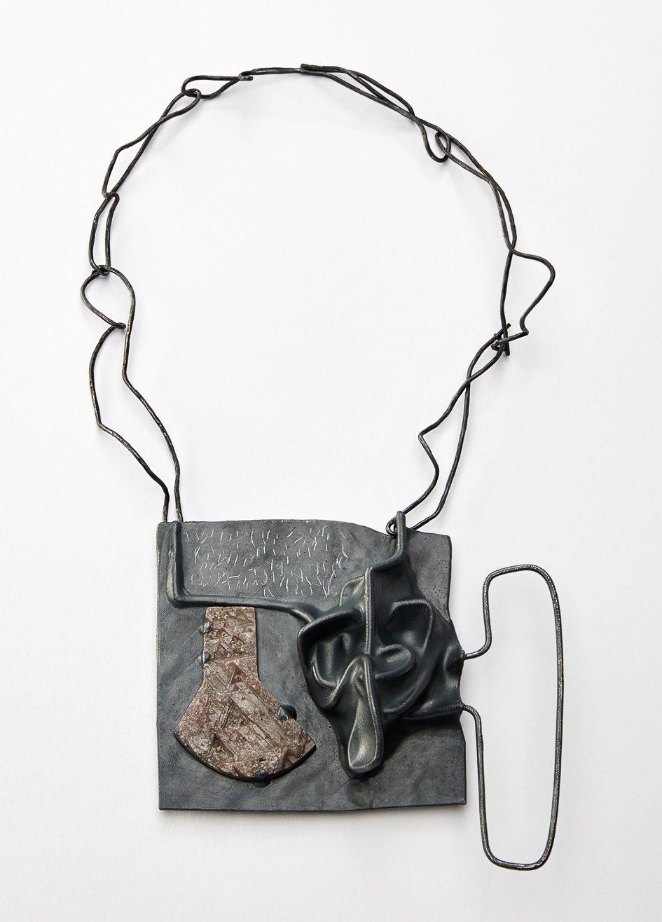 Iris Bodemer, Sound 1, halssieraad, 2019. Foto Nicole Eberwein, zilver, saffier, thermoplast