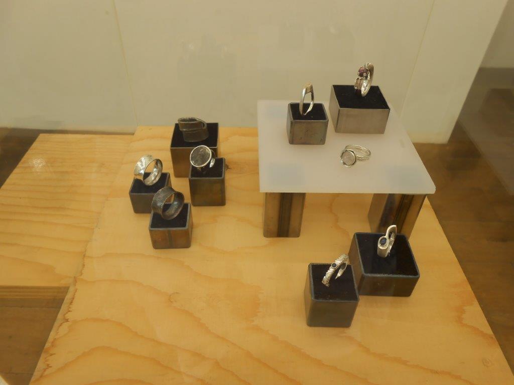 Papier ZILVER Staal, Galerie Niek Waterbolk, 2021. Foto Maja Houtman, tentoonstelling, ringen, zilver
