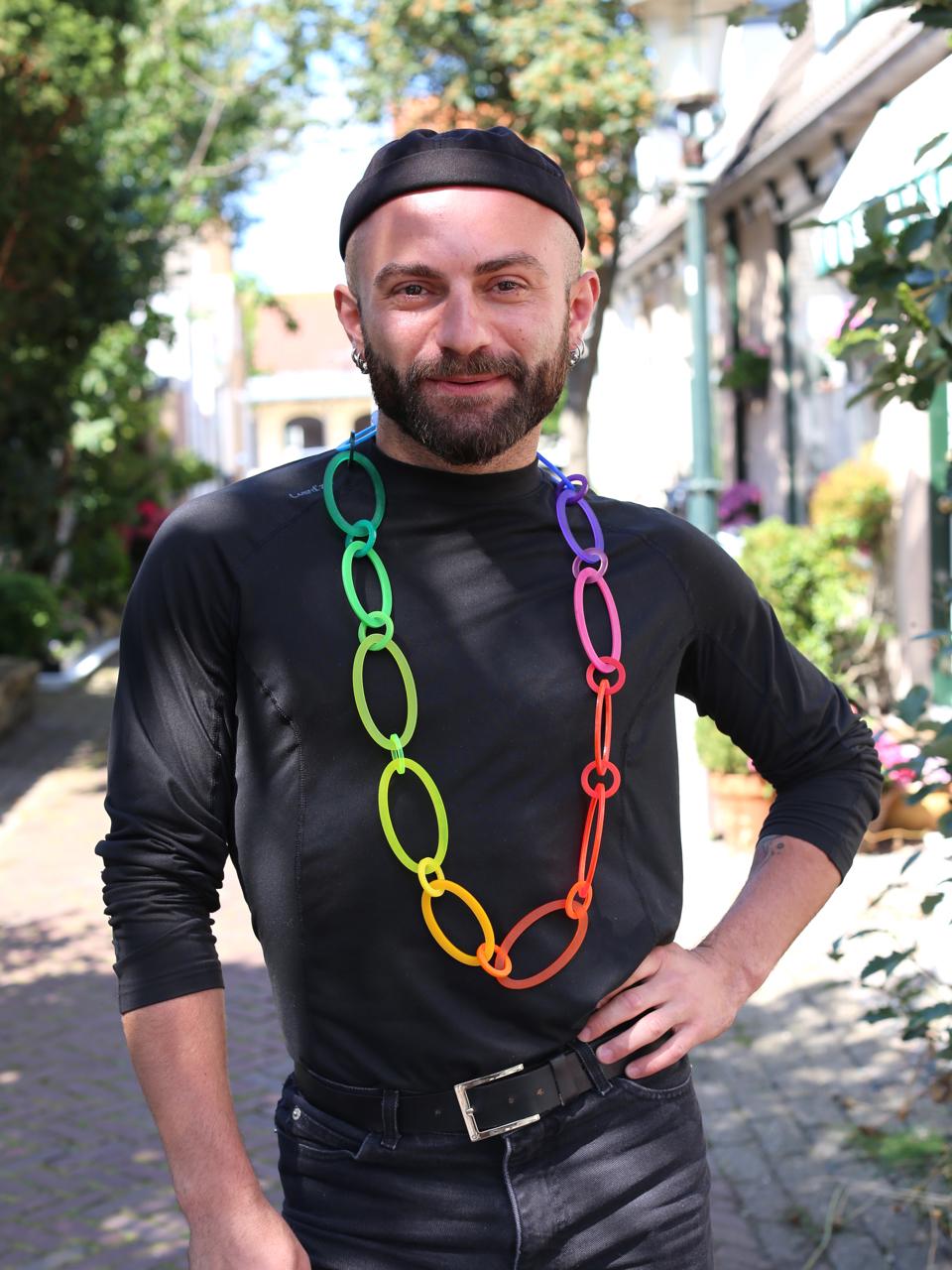Tamaz draagt Rainbow Chain, halssieraad van Paul Derrez, 2021. Foto MisjaB, kunststof