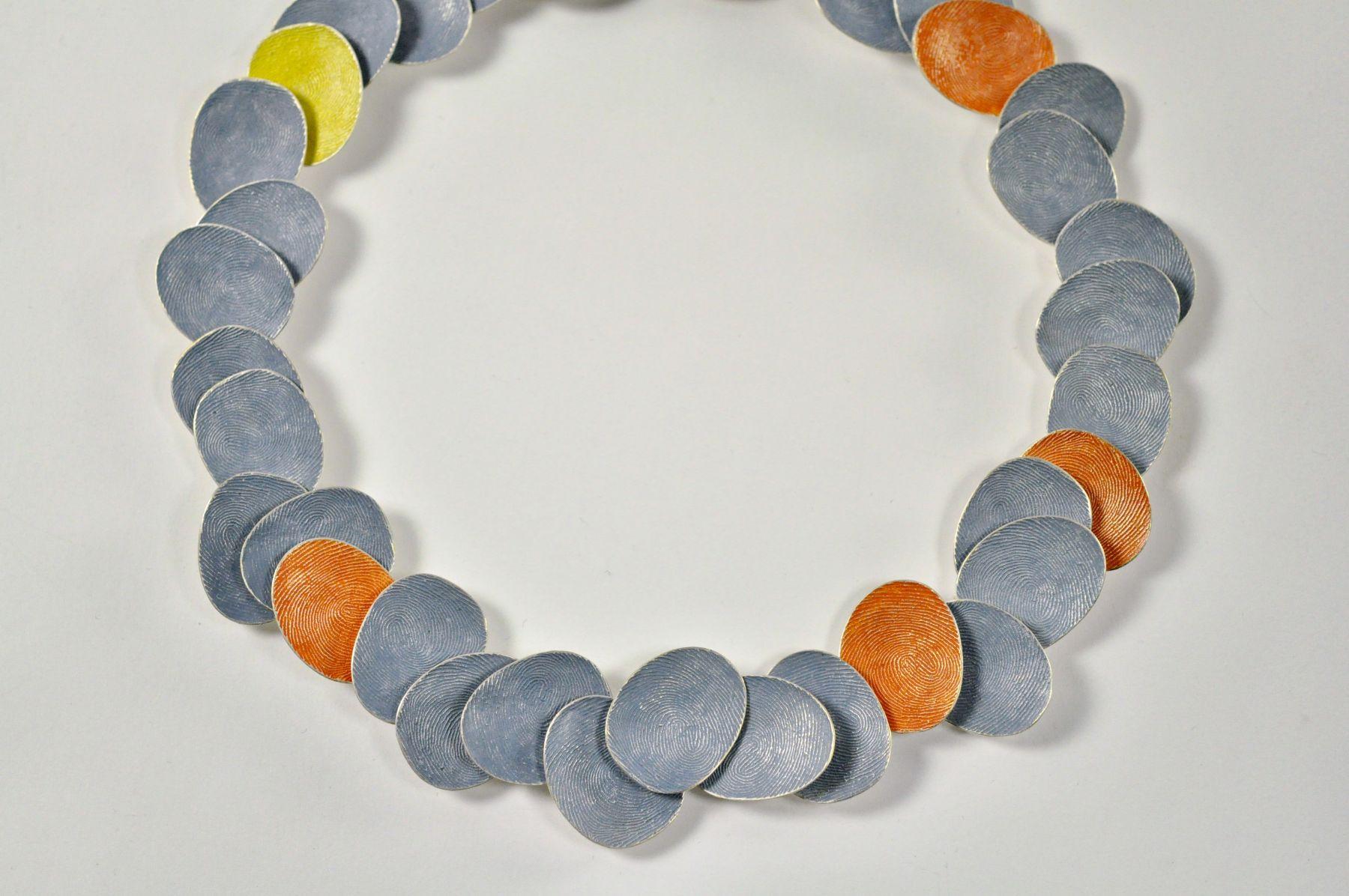 Gerd Rothmann, Glückliche Tage, halssieraad, 2021, zilver, pigment