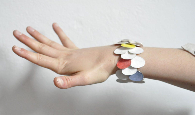 Gerd Rothmann, Ich sage A und B, armband, 2021. Foto Ornamentum Gallery, zilver, pigment
