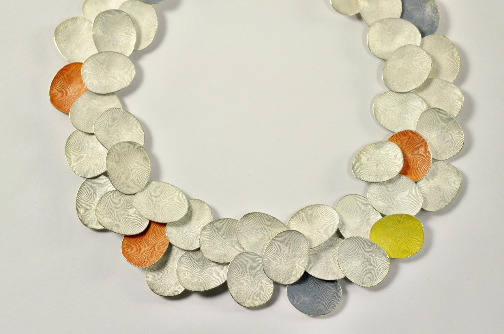 Gerd Rothmann, Wolkengestrüpp, halssieraad, 2021, zilver, pigment
