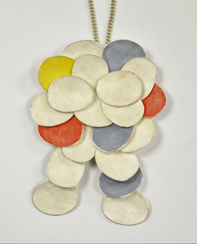 Gerd Rothmann, Männchen aus den Wolken, halssieraad, 2021, zilver, pigment
