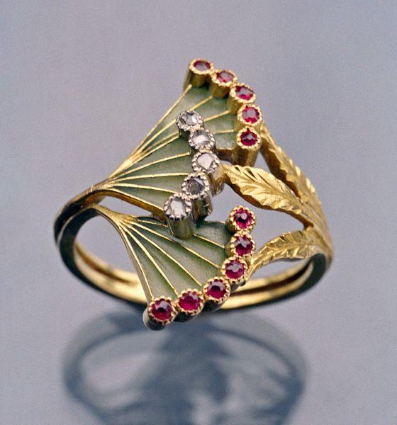 Georges Fouquet, ring, circa 1900. Foto David & Sonya Newell-Smith, goud, vensteremail, robijnen, diamanten