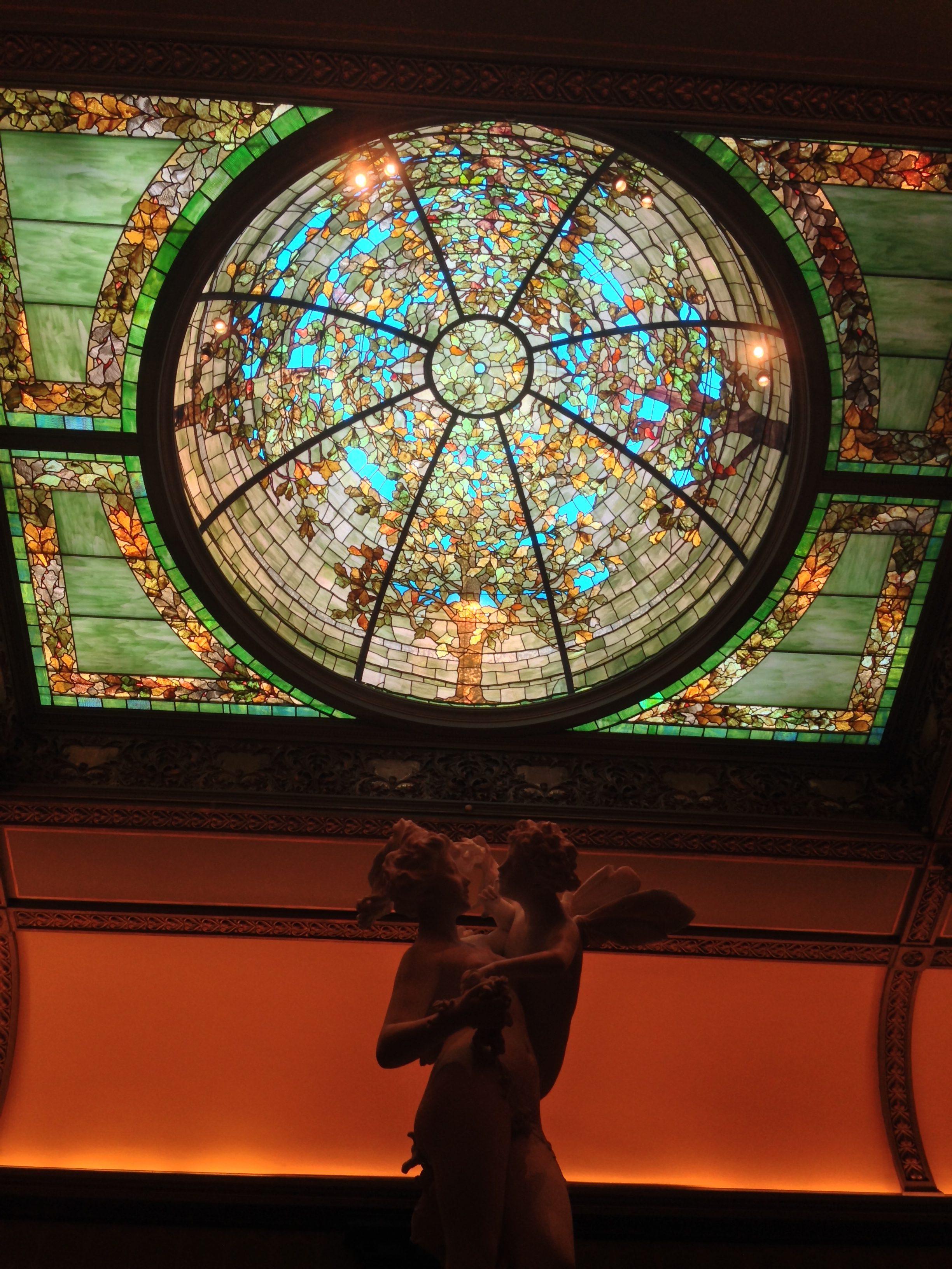 Richard H. Driehaus Museum, Chicago, 2014. Foto Victorgrigas, beeldhouwwerk, glas in lood
