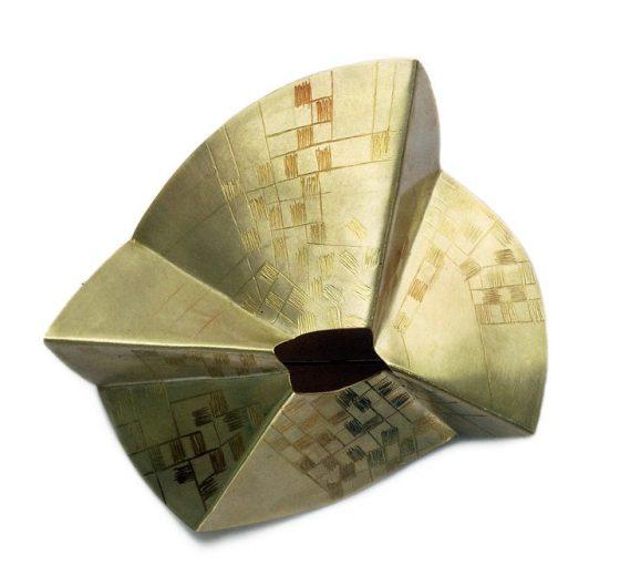 Ann Schmalwaßer, Goldenes Zelt, broche, 2008, 14 kt goud