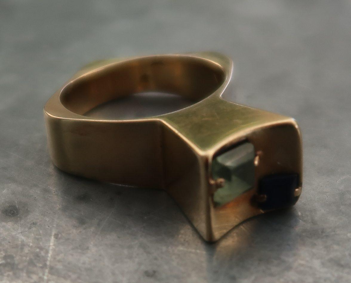 Karel Niehorster, ring. Particuliere collectie. Foto Coert Peter Krabbe, goud, saffier, toermalijn