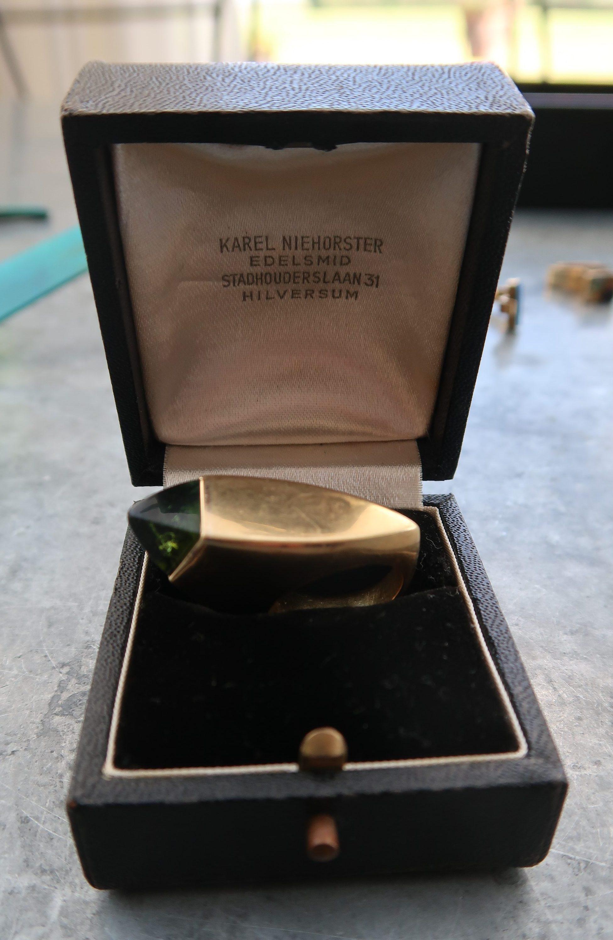 Karel Niehorster, ring in foedraal, 1968. Particuliere collectie. Foto Coert Peter Krabbe, goud, toermalijn