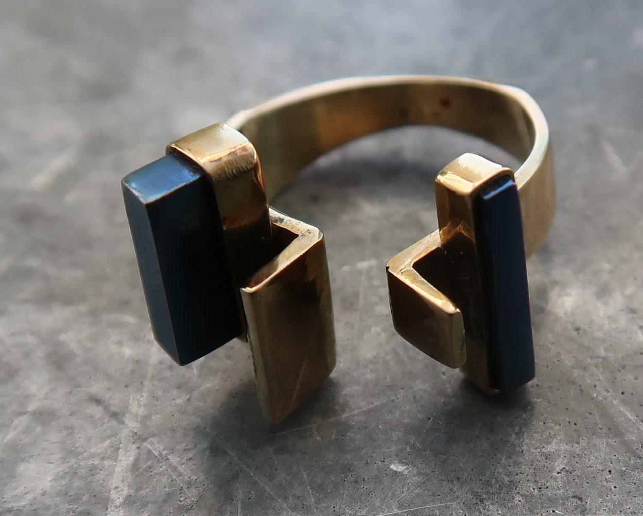 Karel Niehorster, ring, 1981. Particuliere collectie. Foto Coert Peter Krabbe, goud, titanium