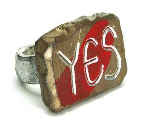 Paul Adie, Gold for yes, ring, 2020, zilver, aluminium, pigment