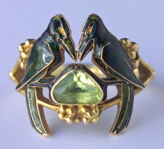 René Lalique, ring, circa 1904. Foto David & Sonya Newell-Smith, goud, email, peridoot