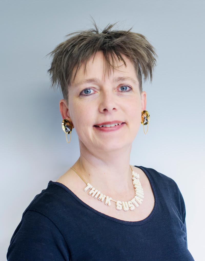 Felieke van der Leest, fotoportret, oorsieraden, halssieraad