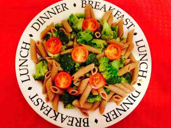 Spicy spelt pasta with broccoli and cherry tomatoes