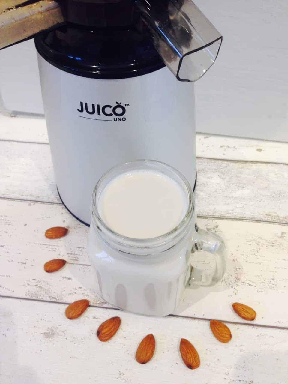 Homemade almond milk | Hedi Hearts