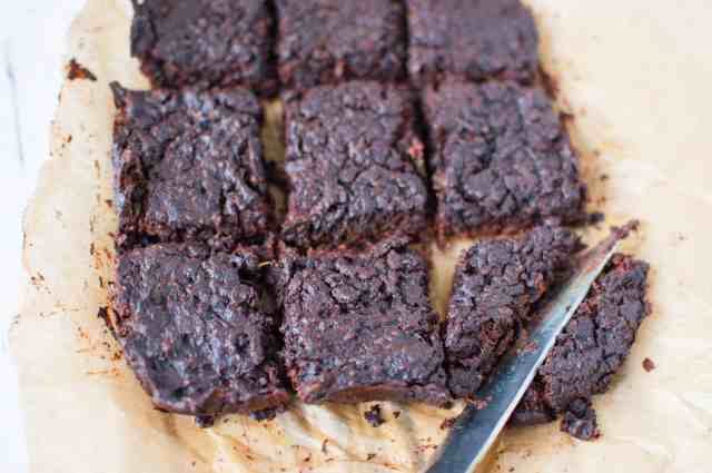 This is an amazing, delicious and super simple clean eating flourless brownie recipe that the whole family will love.No flour needed! #vegan #dairyfree #vegetarian #healthy