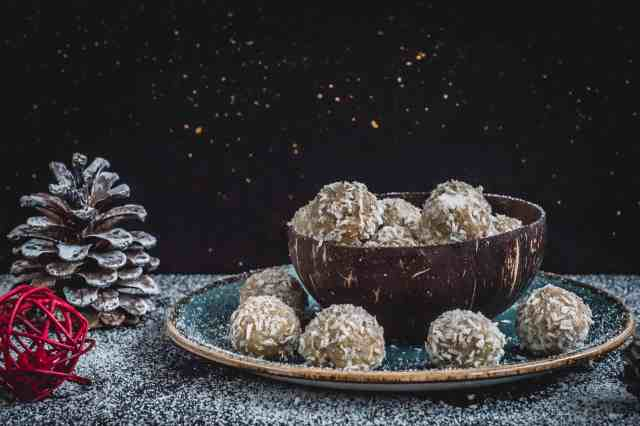 Clean, simple, quick and delicious snowballs recipe made with only 5 ingredients. No baking required and easy to make with kids too. Dairy and gluten free!