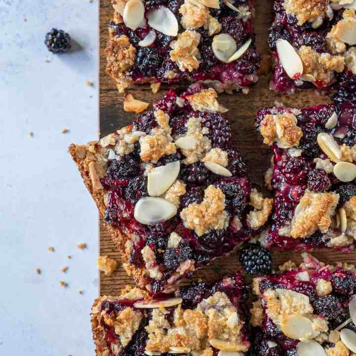 Blackberry crumble bars recipe made healthy with blackberries, oats, ground almonds, coconut oil and other good-for-you ingredients. Vegan & Gluten Free #healthyrecipes #cleaneating #cleanrecipes #seasonalrecipes #glutenfreetreats #vegandessert