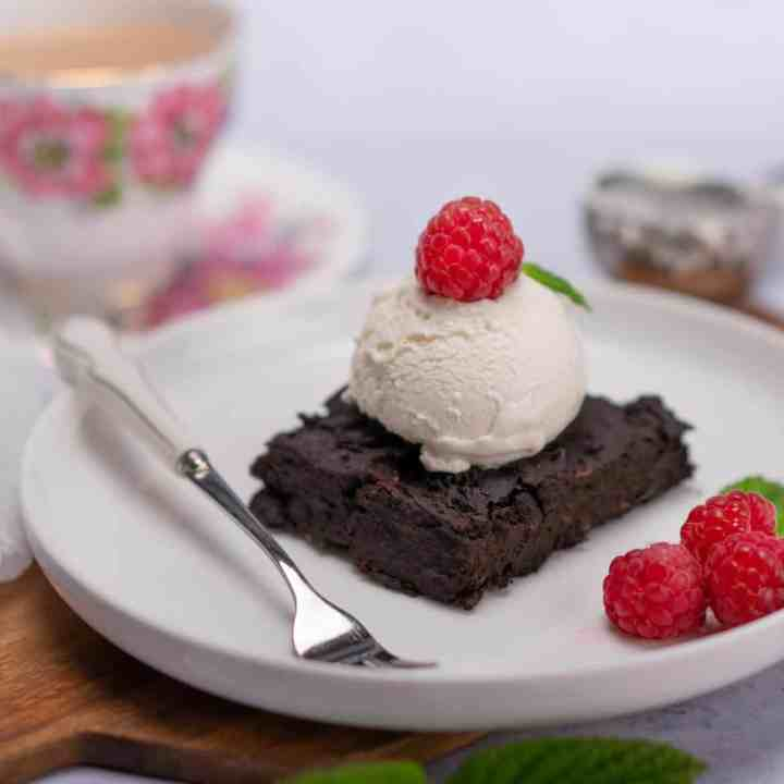 Healthy black bean brownies! With fudgy middle and rich chocolate flavour, these homemade brownies are the best. Naturally vegan and gluten free.
