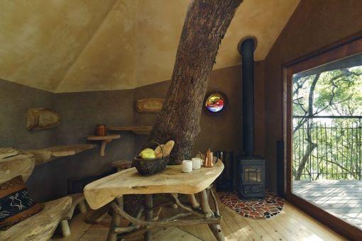 Notranjost drevesne hiške Kusukusu.