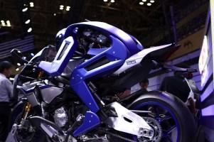Modri humanoidni dirkač Motobot