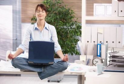 Kako biti srečen v službi? Privoščite si kratko meditacijo ali vajo joge.
