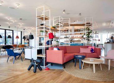 Prostor za druženje je opremljen kot dnevna soba.