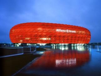 Arena Allianz v Münchnu je verjetno nam najbolj znan stadion. Sprejme lahko več kot 70.000, med tekmami pa menja barvo pročelja.