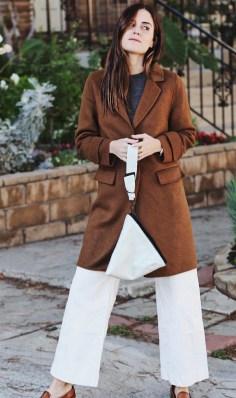 Eleganten plašč + bele hlače + spredaj zaprti natikači