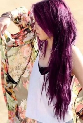 19 deklet, ki navdihujejo s svojimi dolgimi lasmi: Vse prej kot slaba je tudi vijoličasta.