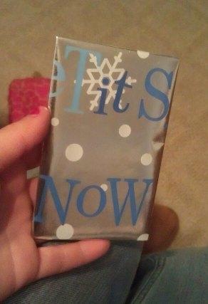 """Morda uporaba zavijalnega paprija z napisom """"Let It Snow"""" ni bila najbolj pametna."""