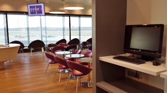 Austrian Airlines Senator Lounge Vienna work area