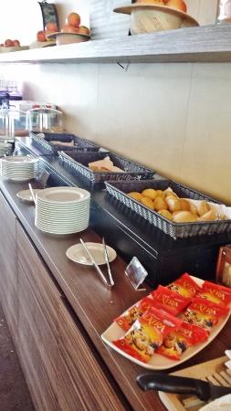 MXP Sheraton Malpensa Club Lounge breakfast breads