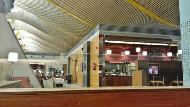 Madrid Airport T4 Iberia saladali lounge beverage center