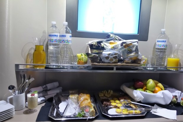 american airlines business class 787 ord-nrt snack presentation in galley