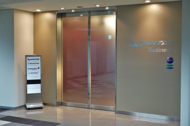 narita-airport-lounge-qantas-business-lounge-entrance